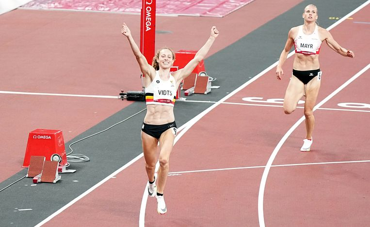 Noor Vidts bij de finish van de 200 meter.