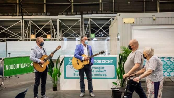 Vrijwilligers vaccinatiecentrum Ethias Arena genieten van muzikale serenade als bedankje