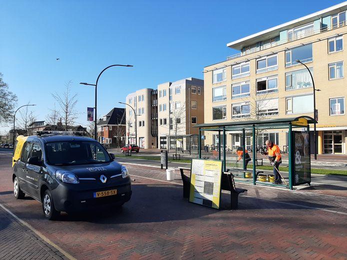De ramen van de bushalte bij het stadhuis in Doetinchem zijn ingegooid.