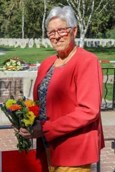 Natuurlijk legt Nelly (76) nu bloemen bij het oorlogskerkhof in Mierlo