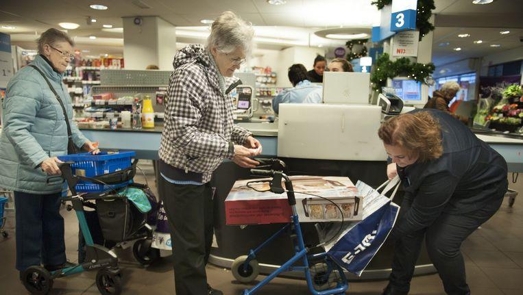 Linda Noteboom helpt een oudere mevrouw met haar boodschappentas Beeld An-Sofie Kesteleyn