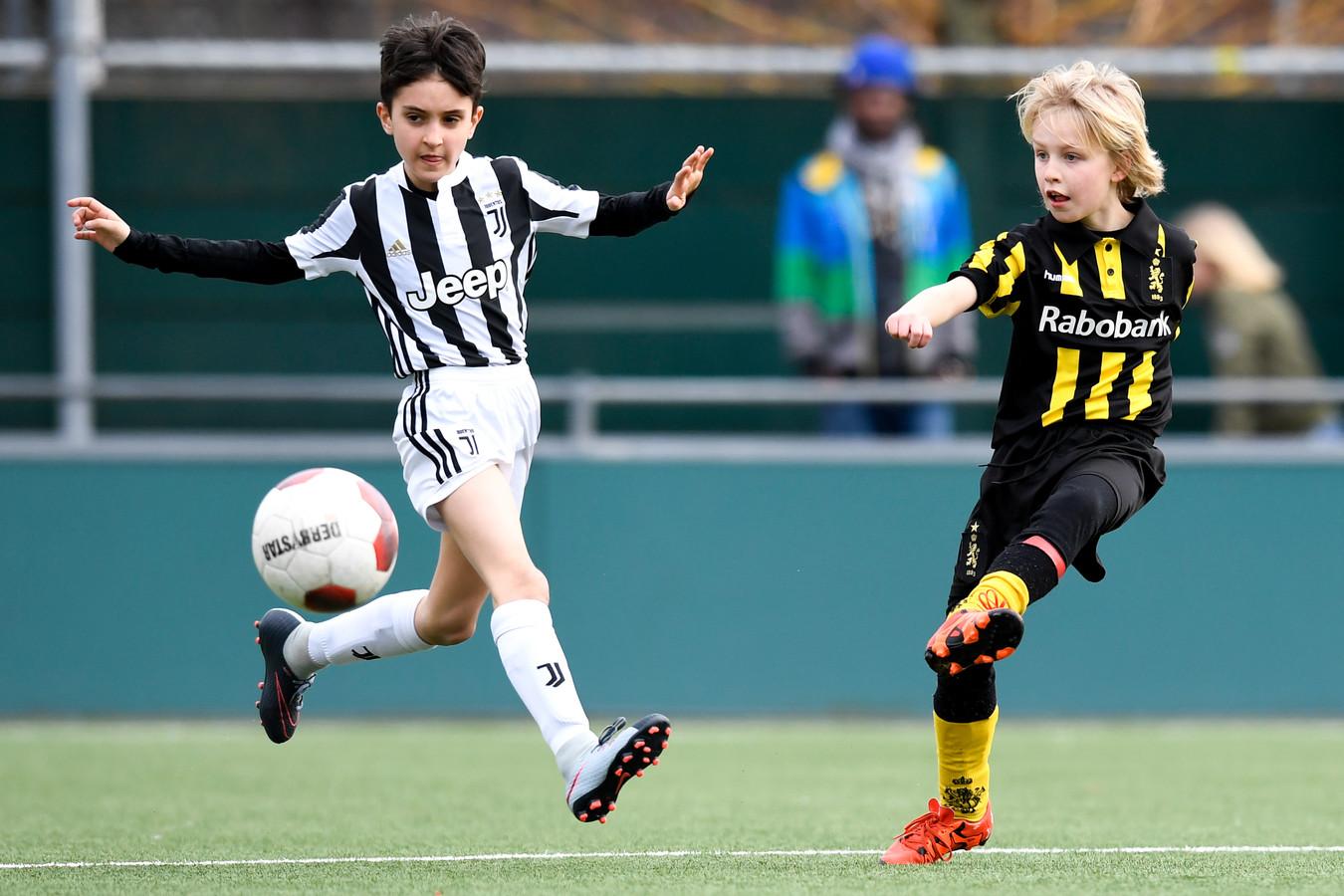De jeugd van Juventus kwam gisteren in Den Haag aan en speelde al een paar oefenpartijtjes bij HVV. Hier tegen de JO11-2 van de thuisclub.
