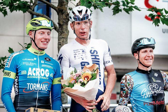 Mario Willems jumpte op de Markt van Deinze de laatste meters over Joran Wyseure (links) en Fabio Porco (rechts).