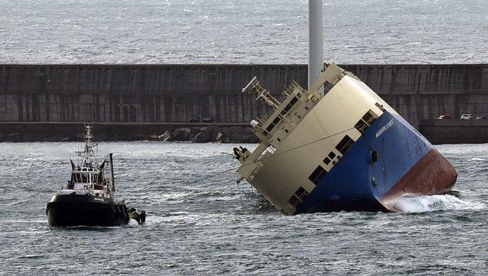 De Modern Express wordt de haven van Bilbao binnengesleept