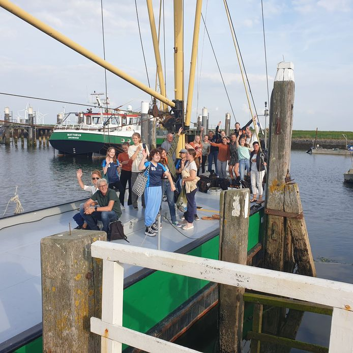 Volleyballers klaar voor vertrek op de boot in Zijpe.