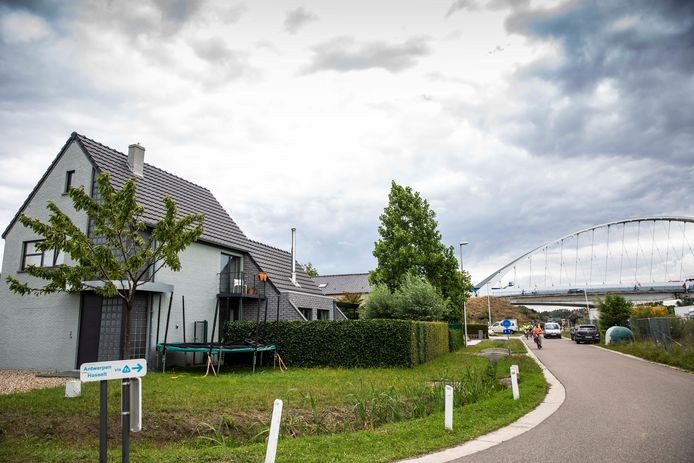 Links het huis van Ine, rechts op de achtergrond de brug.