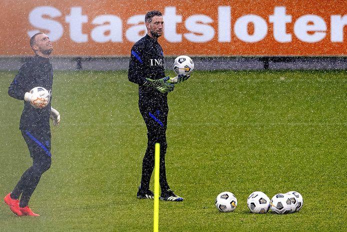 Jasper Cillessen en Maarten Stekelenburg (rechts) vormen met Tim Krul het keeperstrio bij het Nederlands elftal.