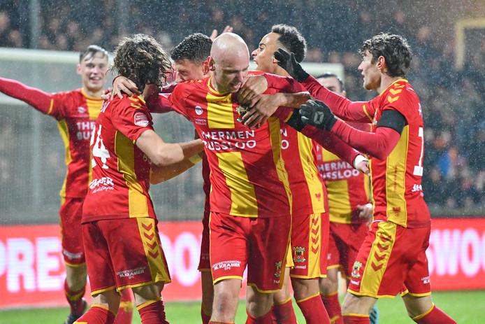 Vreugde bij Go Ahead Eagles en Sam Beukema (uiterst links) na de 1-0 van Elmo Lieftink. De Deventenaren konden niet lang van de voorsprong genieten tegen Jong PSV: 1-1.