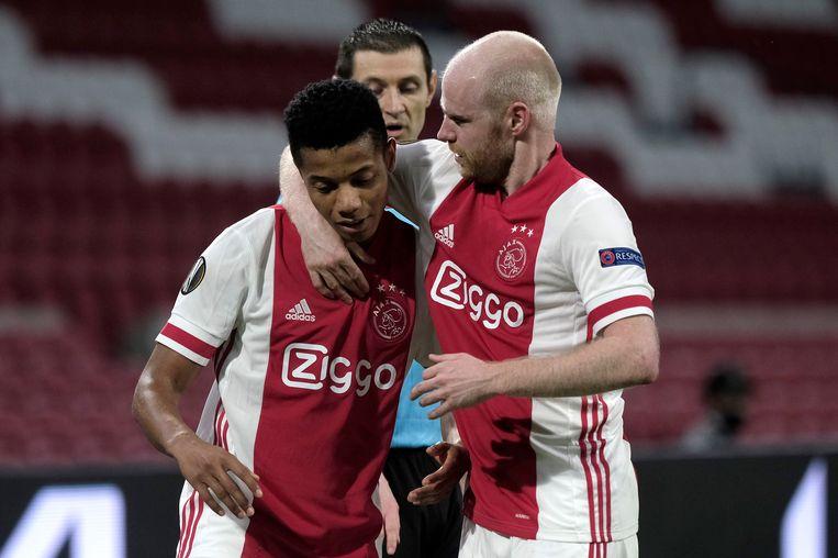 David Neres, links, viert de 2-1 tegen Lille met Davy Klaassen. Beeld AP