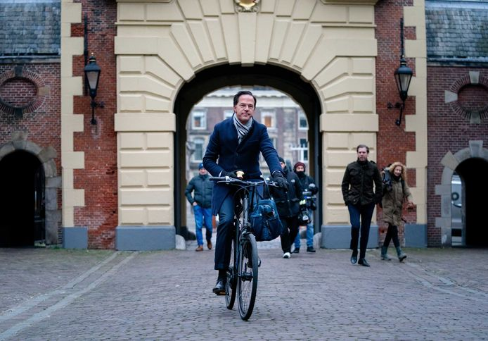 Nederlands minister-president Mark Rutte, onafgebroken premier sinds 2010, komt per fiets toe op het Binnenhof in Den Haag.