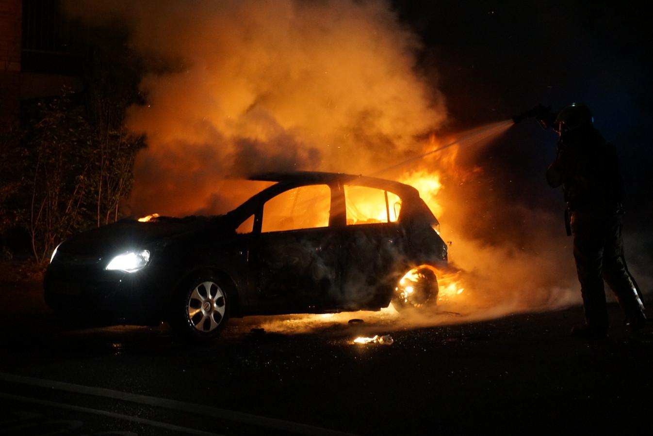De auto is volledig in vlammen opgegaan.