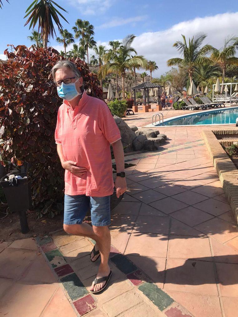 Een toevallige passant met mondmasker aan het zwembad.
