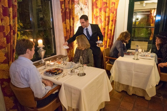 Carlos Rolsma serveert in het restaurant.