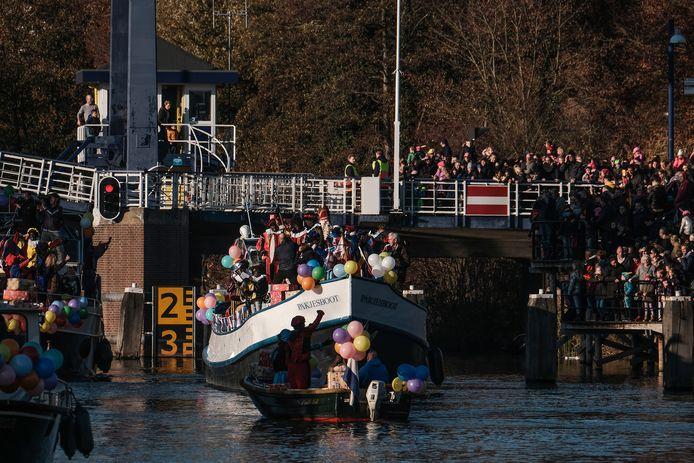 De pakjesboot vaart op de Oude IJssel bij het centrum van Doetinchem. Dit is de intocht in november 2018.