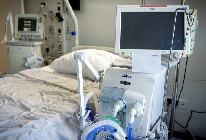 Een gewone kamer is in het Erasmus MC nu omgebouwd tot intensive care-kamer, met beademingsapparaat. Eind deze week moeten er 150 ic-bedden zijn.