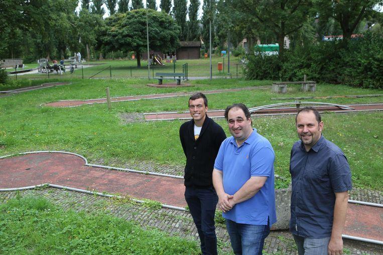 Schepenen Huts en Roovers met brasserie- uitbater Werner Goethuys aan het verloederde terrein van de minigolf.