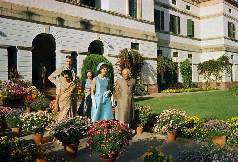 Jacqueline Kennedy en premier Nehru wandelen in de presidentiële tuin in New Delhi, maart 1962. De lange man is John Kenneth Galbraith, naast hem zijn vrouw Kitty. Beeld Bettmann Archive