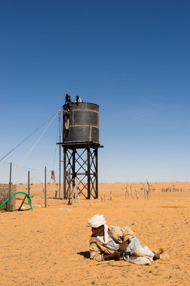 Hemedti, leider van de RSF, financiert waterputten in Noord-Darfur. De watertank in Mujawar is bijna klaar.  Beeld Klaas van Dijken