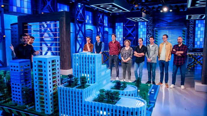 De halve finalisten van LEGO Masters, met helemaal links Roy Franssen en derde van links Marcel de Jong.