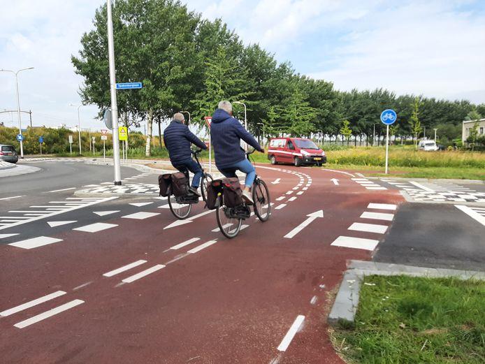 De snelfietsroute (F58) op de kruising van de Dalemdreef en de Spakenburglaan.