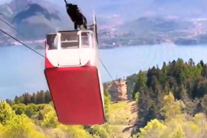 La vidéo montre la cabine se rapprocher de la station au sommet du Mont Mottarone avant qu'un câble ne rompe subitement. La cabine redescend alors à grande vitesse le long du câble restant avant de s'écraser sur le pilône.