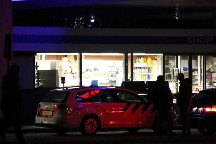 De politie doet onderzoek bij het overvallen tankstation.
