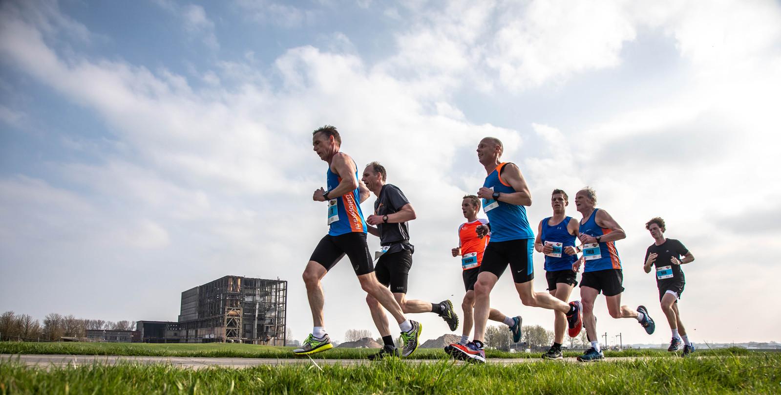 Hardlopen over de dijk langs de IJssel. In 2018 verlegde de 10 Mijl van Zwolle-Zuid haar parcours, waardoor deelnemers ook langs de toenmalige restanten van de IJsselcentrale kwamen. Nu stopt het evenement.