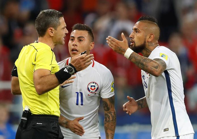 Arturo Vidal (r) protesteerde fel tegen het afgekeurde doelpunt