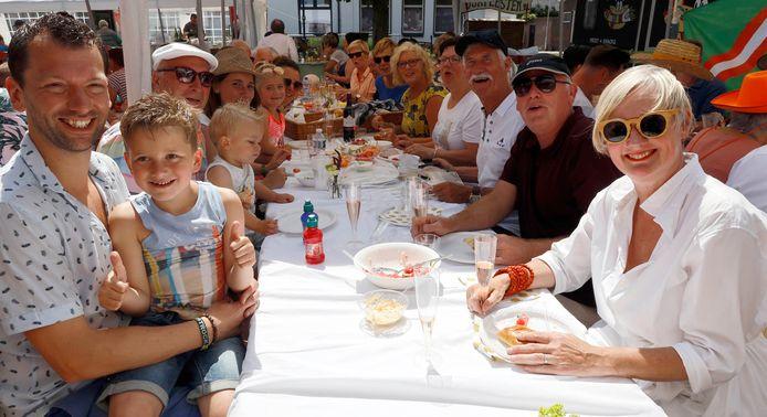 De families Pluym en Vroegop op de dorpspicknick op het Kerkplein van Westdorpe.