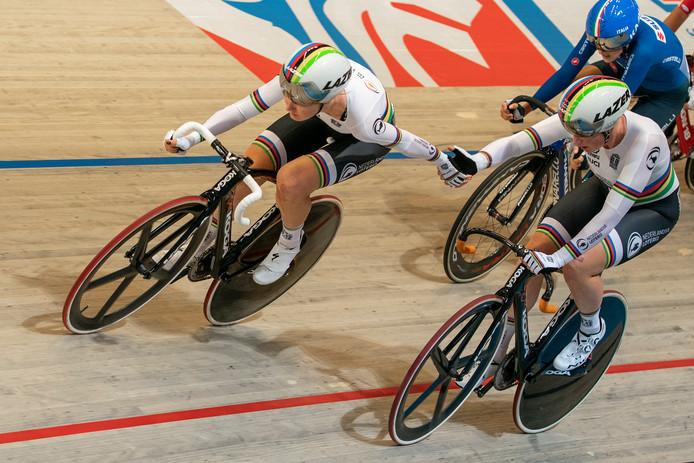Kirsten Wild (rechts) samen met Am Pieters in actie tijdens de koppelkoers, waarin ze het brons veroverden.