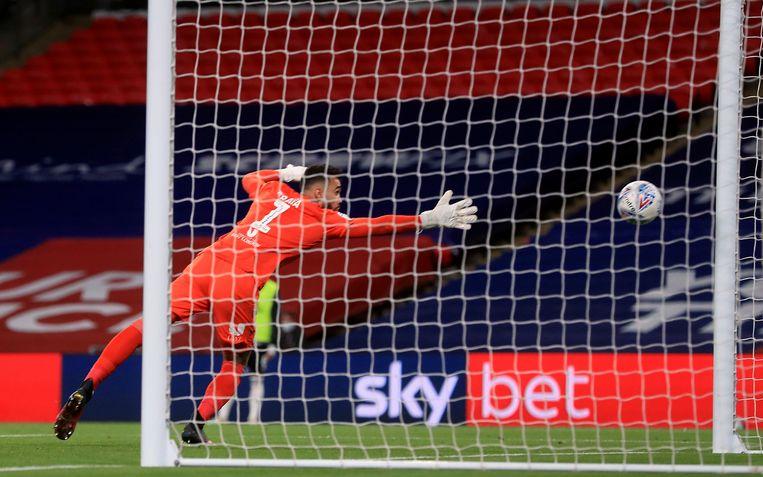 Brentford-doelman Raya ziet de onwaarschijnlijke vrije trap van Bryan binnen vallen.