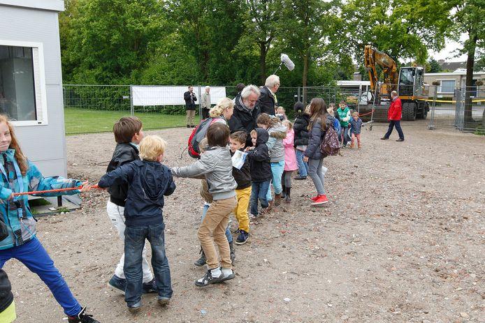 GEMERT  Leerlingen van de Michaëlschool startten in 2013 de bouw van de nieuwe school samen met de Ds. Swildensschool.