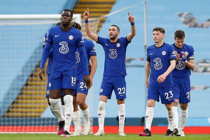 Hakim Ziyech maakt de 1-1 voor Chelsea tegen Manchester City.