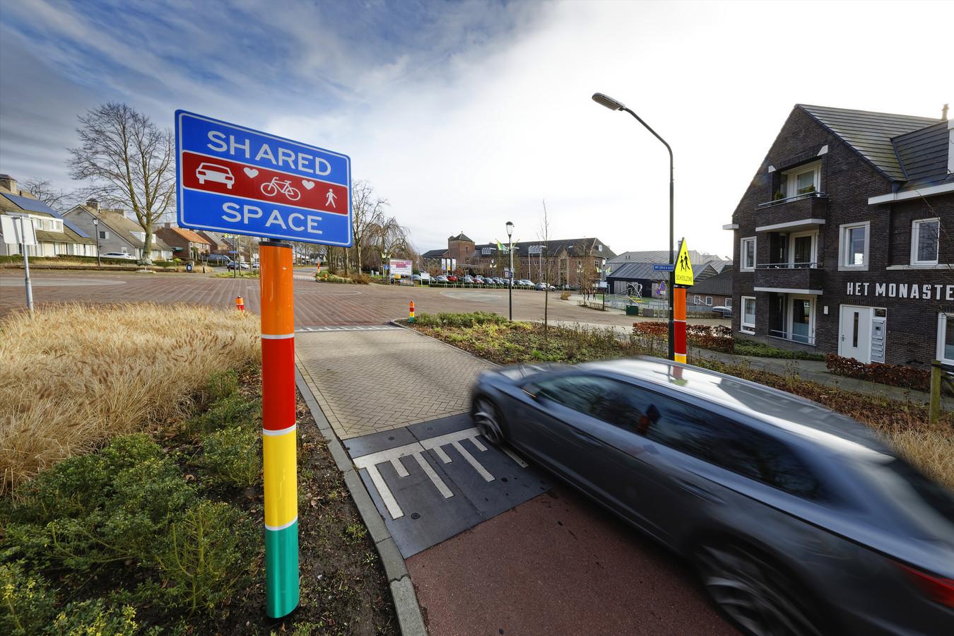 Het schoolplein van De Regenboog maakt onderdeel uit van het Shared Space-plein in Wijbosch.