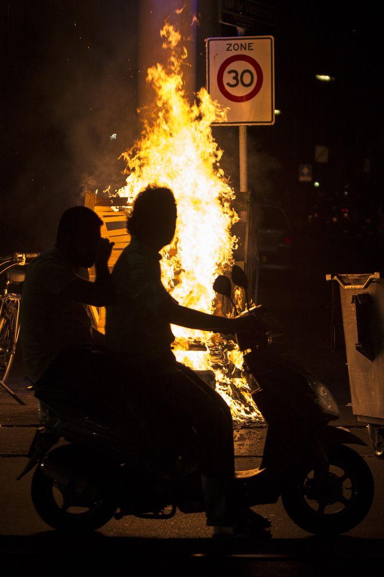 Twee jongens op een scooter in de Schilderswijk. Beeld Freek van den Bergh