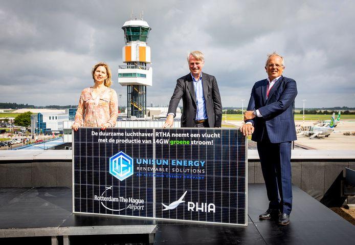 Vliegvelddirecteur Ron Louwerse (r) met demissionair minister Cora van Nieuwenhuizen (l) en Schipholbaas Dick Benschop bij de start van de bouw van het zonnepark op Rotterdam The Hague Airport.