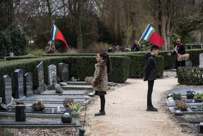 Kinderen legden op 21 maart stenen op de graven van Molukkers op de begraafplaats van Tiel.