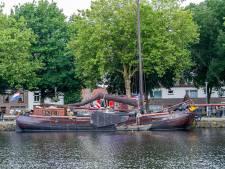 Brand in machinekamer van boot De Albatros in Piushaven, schipper ademt giftige dampen in