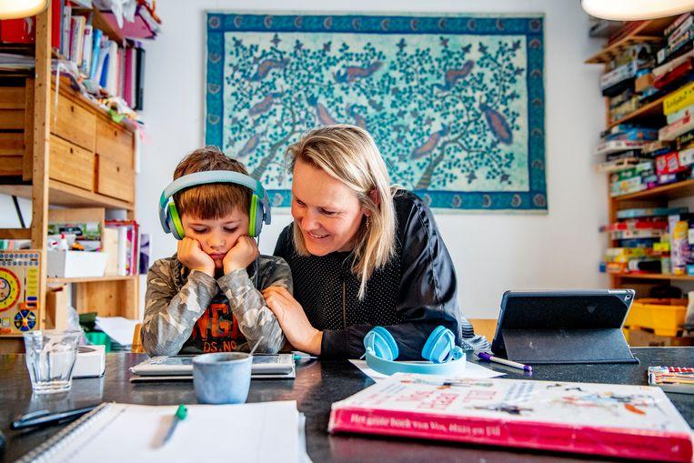 Het onderzoek wijst uit dat de inkomensdaling grotendeels komt doordat moeders minder uren gaan werken en vaders niet. Beeld Hollandse Hoogte / Robin Utrecht