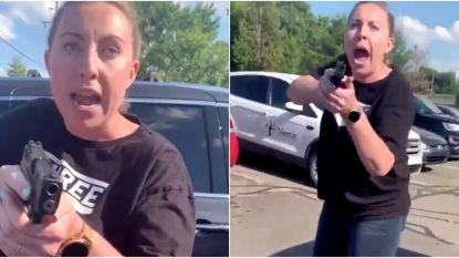 Amerikaanse vrouw richt wapen op zwarte moeder en tienerdochter op parkeerplaats tijdens hevige ruzie