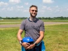 Jorick (40) maakt een dag na vliegtuigcrash bij Teuge alsnog zijn eerste parachutesprong: 'Ik ben niet bang geweest'
