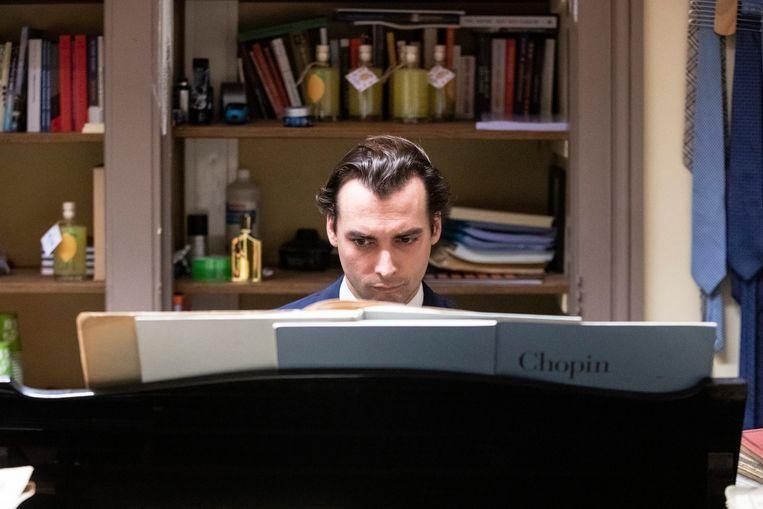 Thierry Baudet (FvD) achter zijn piano op zijn werkkamer  in het gebouw van de Tweede Kamer. Hij was daar deze week weer voor het eerst sinds de problemen in zijn partij begonnen. Beeld BSR Agency