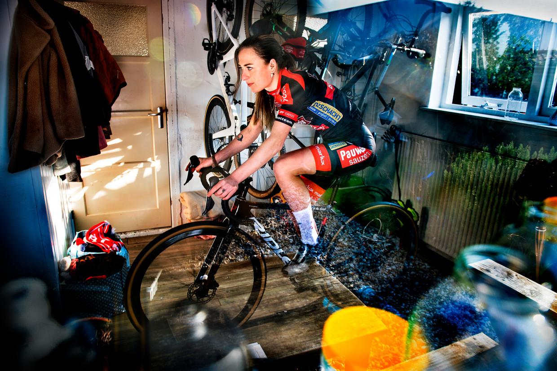 Denise Betsema traint op de rollers in het schuurtje bij haar huis.