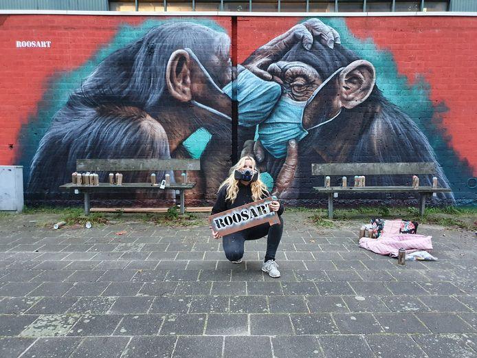 Rosalie de Graaf vat 2020 samen in een muurschildering in Amsterdam. Twee troostende chimpansees met mondkapje.