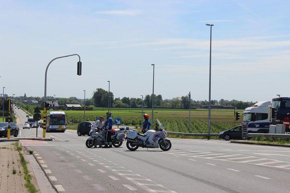 De politie liet al het verkeer rechtsomkeer maken en sloot de provinciale baan N451 volledig af.