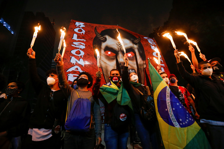 Brazilianen protesteren tegen president Bolsonaro. Ook onder aanhagers van midden-partijen neemt de onvrede toe.  Beeld REUTERS