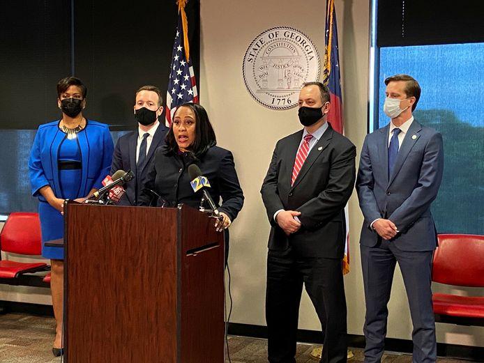 De procureur van Fulton, Fani Willis (midden) liet ook weten dat de staat Georgia de doodstraf wil vragen tegen de beklaagde.