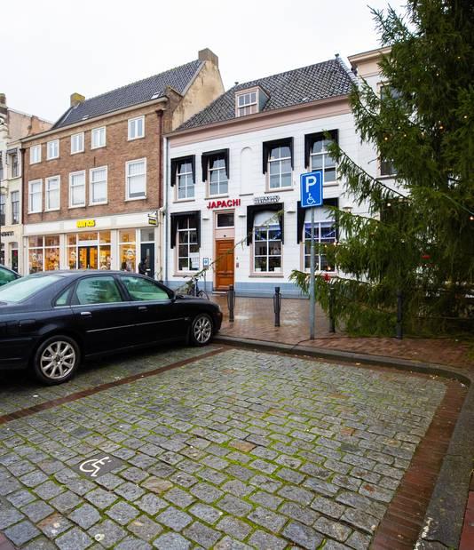 De parkeerplaats in de Gamerschestraat waar de gemeente Zaltbommel een openbaar toilet wil bouwen.