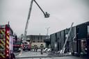 De brandweerkorpsen blusten nog enkele uren op zondag.