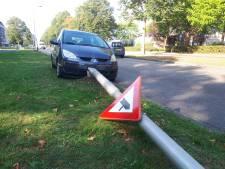 Lantaarnpaal sneuvelt bij botsing auto's op Schaepmanlaan Oss